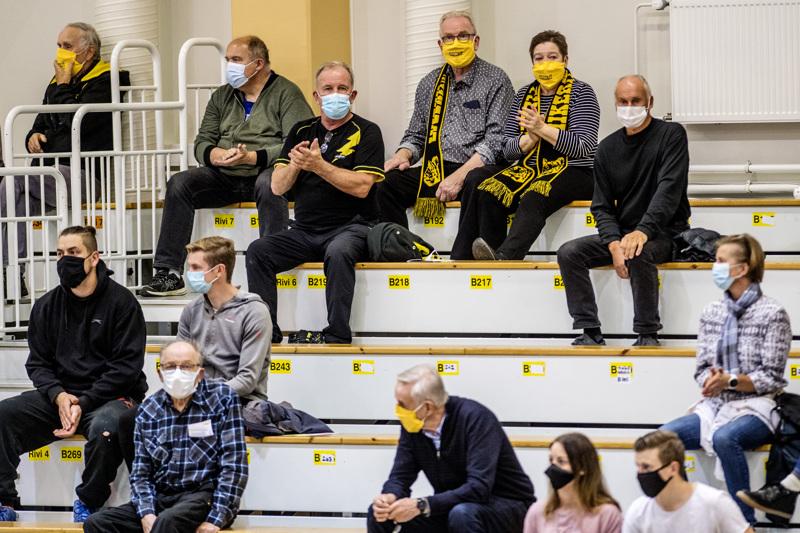 Ohjeiden mukaan. Kokkolan Tiikerien lentopallon mestaruusliiga-avauksessa viime lauantaina katsomossa oli väljää. Kaikilla katsojilla myös maskit niin kuin edellytys oli.