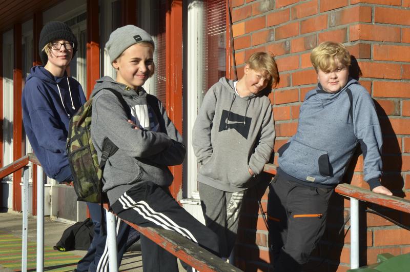 Milo Koivukangas (oik.), Niilo Mäki, Julius Ruhkala ja Aaro Jokitalo kertovat, että pelaamisessa mukavaa on sellaisten asioiden tekeminen, joita ei oikeassa maailmassa voi tehdä, sekä monet pelivaihtoehdot.