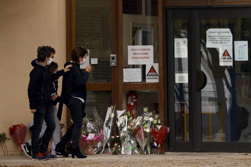 Lapset ja vanhemmat toivat lauantaina kukkia koulun portille Conflans Sainte-Honorinen kaupunginosassa Pariisissa. Koulun opettaja surmattiin raa'asti perjantaina koulun läheisyydessä.