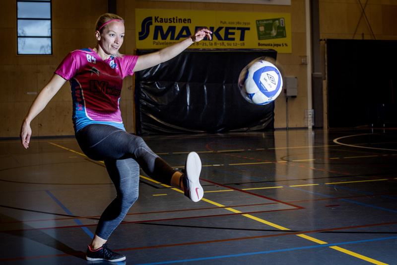 Kaustisen Pohjan-Veikot nousi tälle kaudelle Naisten Futsal Liigaan. Joukkueen kapteeni Taru Paavola toteaakin, että autossa istumiseen saa viikonloppuisin tottua, sillä pohjoisin joukkue on Torniosta ja eteläisin Salosta.