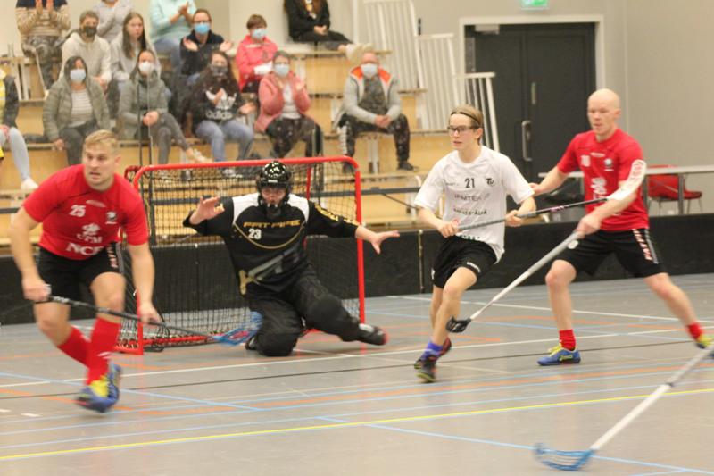Kahden maalin mies. Toholammin Urheilijoiden Luukas Salin iski kaksi maalia. Kuvassa myös Jeppiksen Jonas Björkström, maalivahti Richard Sampert ja Jonathan Eklund.