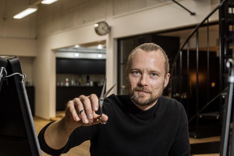 Tomi Yrjänän mukaan hinnoittelulla kilpaileminen parturi-kampaamoalalla voi johtaa ammatillisen kehittymisen hidastumiseen tai jopa pysähtymiseen.