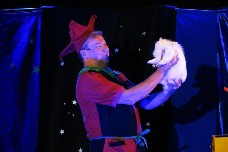 Yleisö riemuitsi ohjelmasta ja erityisesti ilahdutti laatikosta taiottu kani. Myös kaunis kyyhkynen taiottiin esiin.