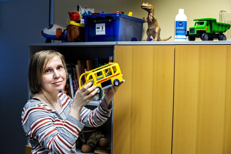 Vastaava puheterapeutti Kaisa Saariaho Soitesta kertoo lapsen leikin kertovan myös hänen kielen kehityksestään.