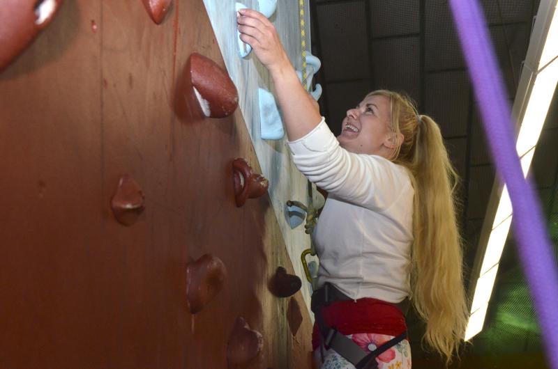 Ylivieskalainen Heidi Seppälä pääsi maanantain kiipeilypäivässä seinäkiipeilemään ensimmäistä kertaa. Se sujui niin hyvin, että hän aikoo tulla toistekin. Hän oli paikalla työkavereidensa kanssa.