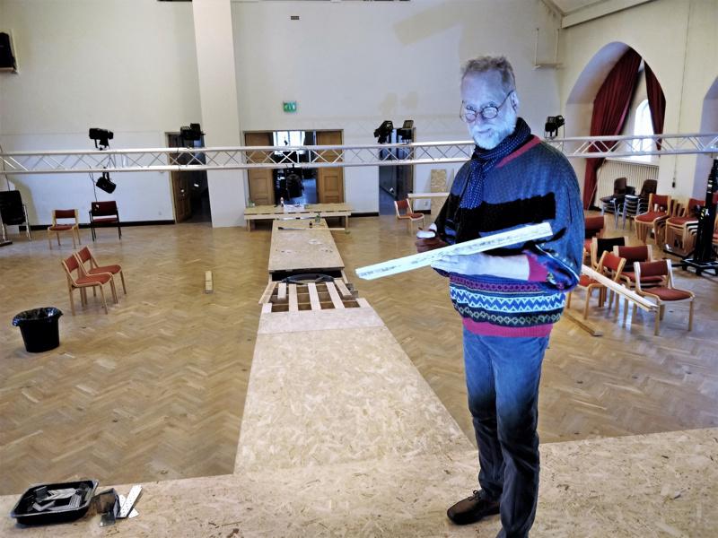 """Göran """"Jösse"""" Sjöholm nauttii täysillä työnteosta teatterin parissa vielä 72-vuotiaana."""