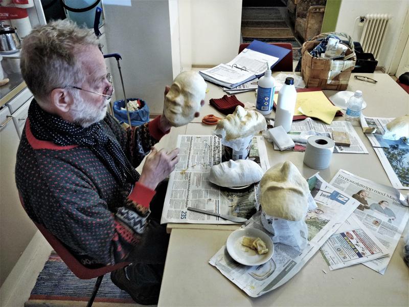 """- Maskit tehdään itse Näyttämön omassa maskiverstaassa muotista alkaen, esittelee ohjaaja Göran """"Jösse"""" Sjöholm."""