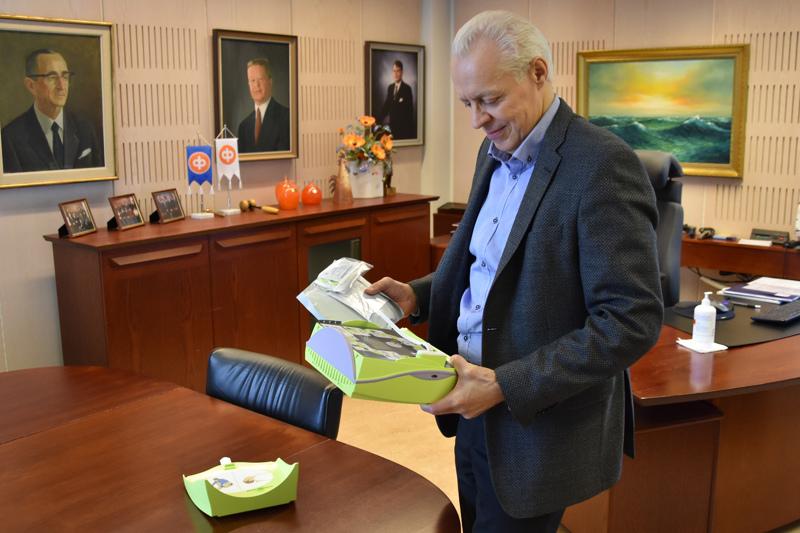 Turvallisuutta lisää. Pankinjohtaja Juha Lundström esittelee Osuuspankkiin hankittua defibrillaattoria.