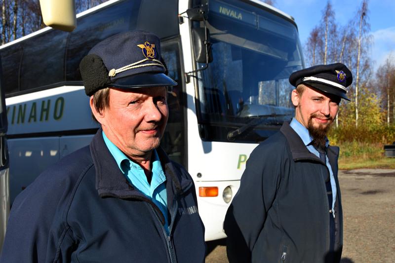–Koululaisilta tulee aina välillä kommentteja, että mistä noin komia lakki, kertoo Juhani Oja (oikealla). Juhani käyttää töissä Paakinahon bussikuskina lähes aina perinteikästä linja-auton kuljettajan lakkia. Hän kertoo ostaneensa joskus joltain romu-ukolta. Lakin ikää hän ei tiedä. Martti Myllyniemen työlakki on ostettu uutena vuonna 1985 Oulun matkahuollosta. Hän vetää sen päähänsä, kun pakkasta alkaa olla 15 astetta.