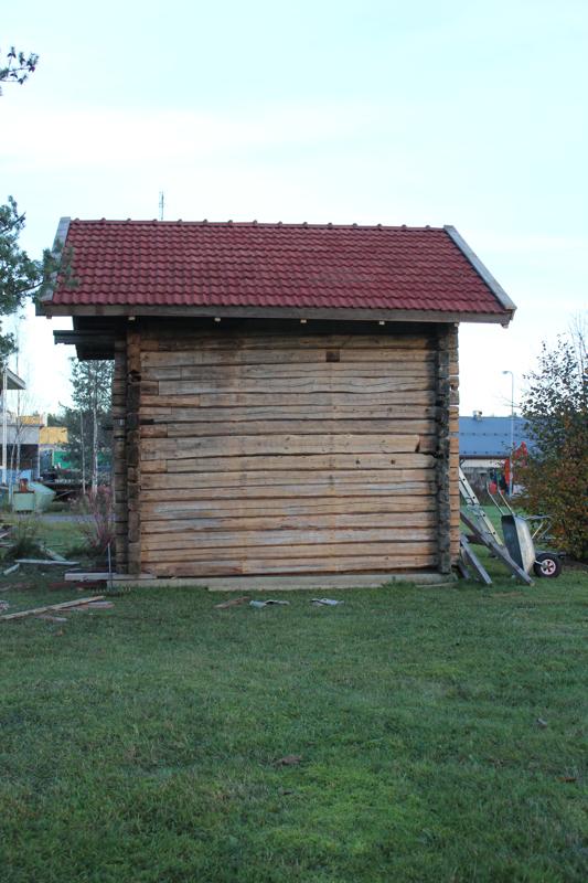 Paakarin pysäkille valmistuvan aitan hirret ovat vuodelta 1874, katon tiilet Koski varastoi 1980-luvulla.