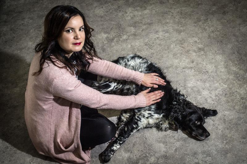 Anna Ylikarjula tarjoaa hermoratahierontaa myös koirille. Kuvassa oleva koira on yksi hänen vakioasiakkaistaan. Ylikarjulalla itsellään on kaksi irlanninsetteriä.
