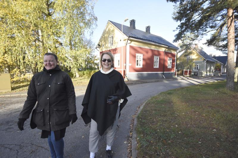 Minna Torppa (vas.) ja Kristina Ahmas sekä muut asiantuntijat opastavat kaupunkilaisia Mäntykankaan kävelykierroksella.