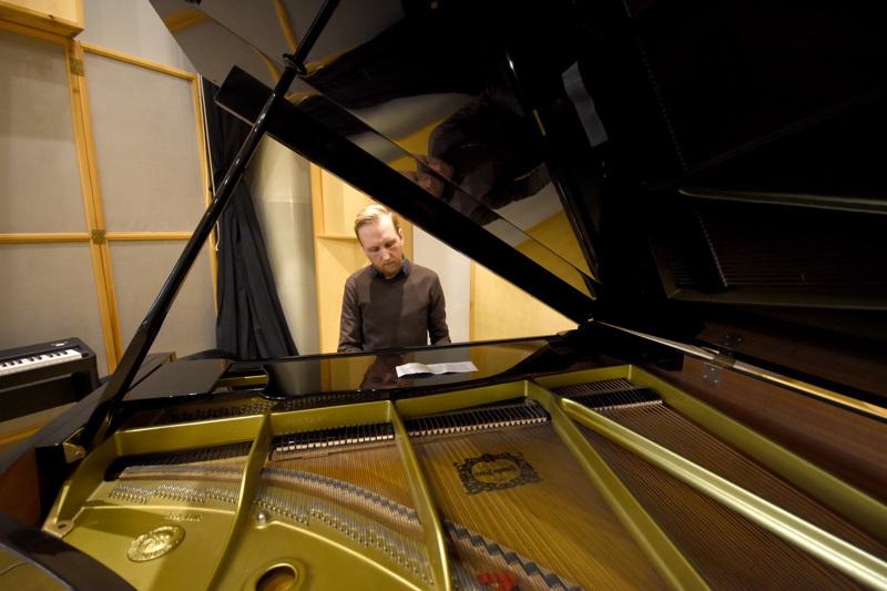 Mikko Pellinen tunnetaan basistina, mutta pianonsoittokin sujuu. Pianon äärellä Pellinen on viettänyt paljon aikaa säveltäessään kantaesityksensä perjantaina saavaa Borderlines-teosta.