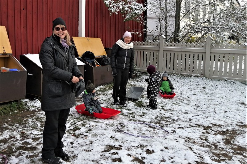 Lunta oli kuin olikin tullut sen verran, että pulkka liikkui nurmikolla. Tiina Lillqvist ja Tanja Tapola sanovat toiminnan todennäköisen päättymisen olevan todella harmillista.