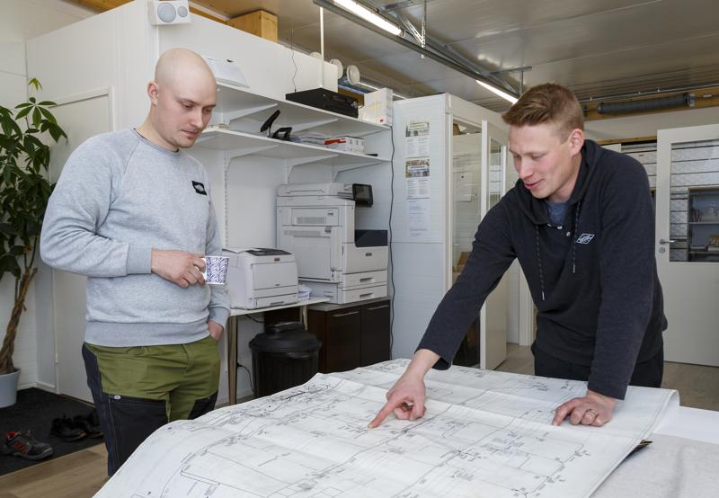 Tevi Systemsin Tero Turvasella ja Jose Juolalla perjantai oli toimistopäivä, kun taas kolmas yrittäjä Ville Vainio oli menossa koulutuksessa.