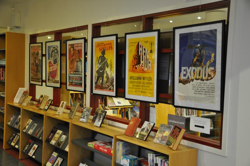 Kynällä ja kameralla. Kannuksen kirjastossa on esillä elokuvajulisteita, joita yhdistää se, että elokuvan tarina perustuu kirjaan.