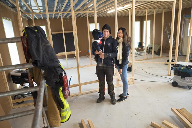Jenna Korkiakoski, Niko Väyrynen ja heidän poikansa Petrus eivät ole liikkeellä klassisella jouluksi kotiin -tavoitteella. Heille riittää, kunhan talo valmistuu ensi vuoden alkupuolella.