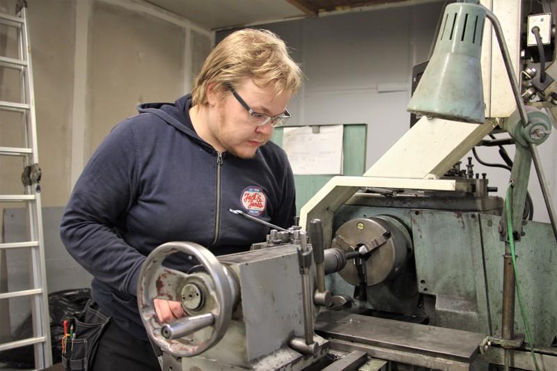 Jani Pennanen on ollut yrittäjänä liki neljän vuoden ajan. Aseiden kunnostamisen ja korjaamisen lisäksi työhön kuuluu rutkasti paperihommaa.