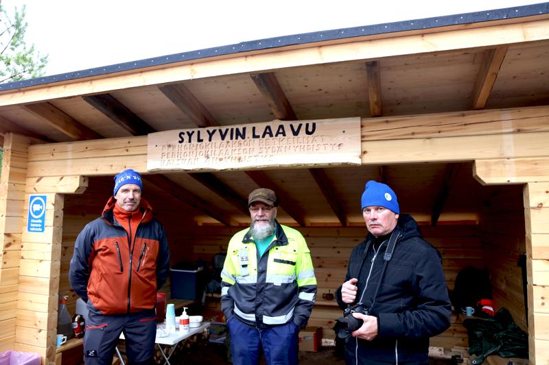 Puuhamiehinä yhdistysten edustajina Sylyvin laavulle ovat olleet Rauno Karhukorpi, Teuvo Hyötylä ja Timo Marjusaari.