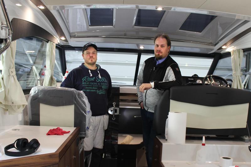 Jukka Oravainen ja Petteri Siermala saattelevat uuden tuotteen ylpeydellä maailmalle. Grandezza -veneissä on sisustus kuin pienessä omakotitalossa. Pienimmät mallit maksavat toistasataatuhatta euroa, Granzetta 37-veneen saa omakseen puolella miljoonalla eurolla.