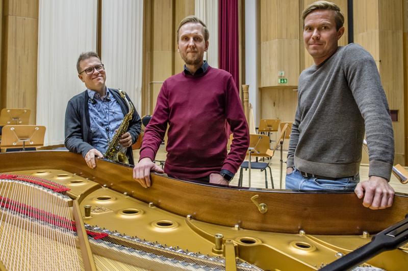 Saksofonisti Jukka Perko, säveltäjä ja basisti Mikko Pellinen sekä pianisti Joonas Haavisto esiintyvät Kamariorkesterin kanssa.