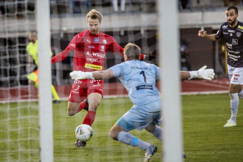 Severi Kähkösen maaliton kausi on jo yhdeksän ottelun mittainen. Jaron valmentaja Niklas Käcko ei silti ole huolissaan nuorukaisen tilanteesta.
