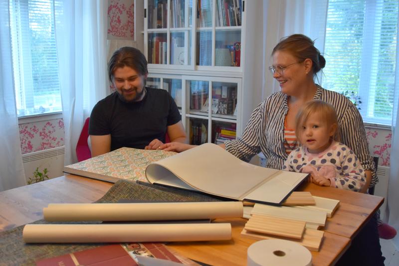 Nyt myös verkossa. Mikael Ilola ja Tuija Saralampi sekä Amanda Ilola tutkivat perinnetapettimalleja.