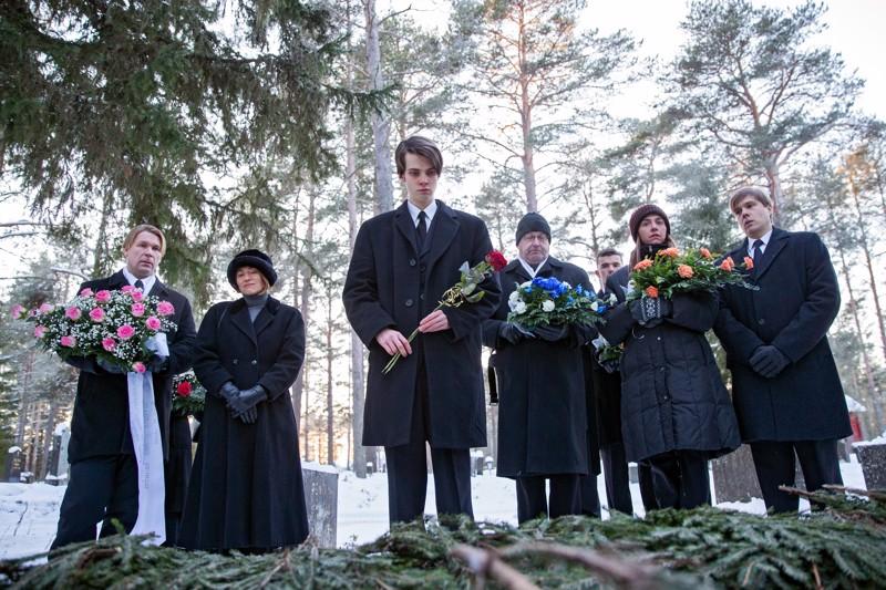 Talvi on tulossa. Poliisi Jussi (Matti Ristinen vas.) ottaa vanhempansa menettäneen Aaron (Eeli Jurvelin kesk.) suojatikseen.