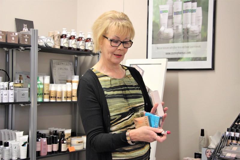Nyt Eila Markkinen osaa opastaa vaatteiden, värien ja tyylien lisäksi myös meikkaamisessa.