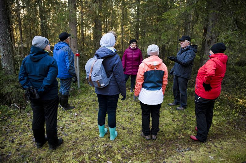 Reijo Jussilainen (toinen oik.) esitteli Kukonahon kolerahautausmaata ja sen historiaa kotiseutuväelle. Vastaavia keikkoja tulee mahdollisesti jatkossa myös tilattuna.