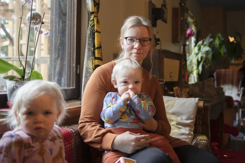 Anniina Oja viihtyy lastensa kanssa kotona.