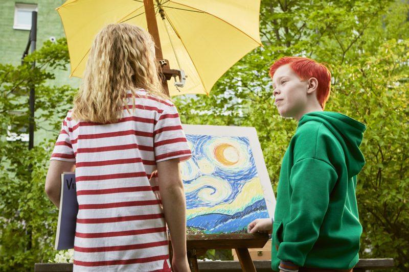 Riston (Silmu Ståhlberg) ja Nellin (Lumi Kallio) taideprojektissa konnaa esittää Kokkolan kaupunginteatteristakin tuttu Mika Nuojua.