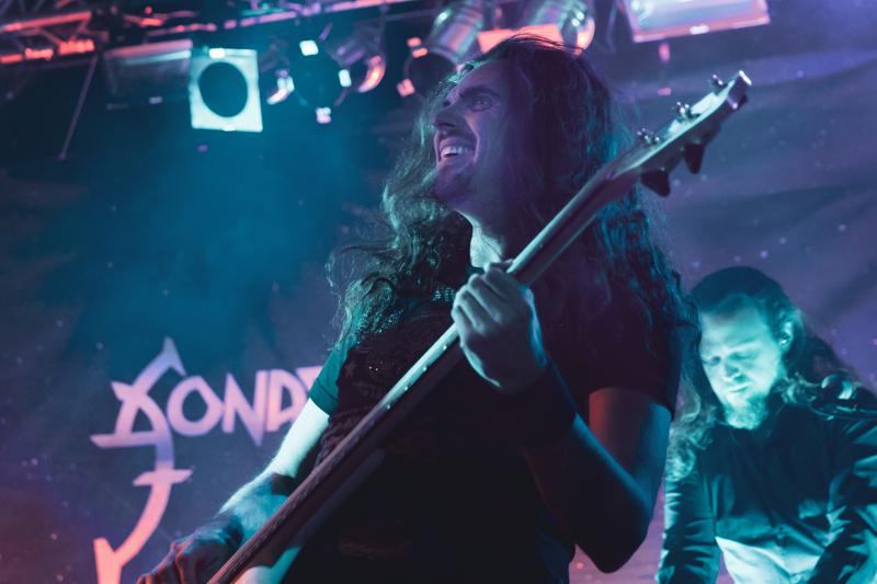 Pasi Kauppinen aloitti basson soittamisen 90-luvun alkupuolella. Harrastuksesta muotoutui pian laaja-alainen ammatti sisältäen opetustyötä, äänitysstudion pyörittämistä sekä erilaisissa kokoonpanoissa soittamista. Kuvassa Pasi Kauppinen Sonata Arctican kanssa Nivalan Tuiskulassa tammikuussa 2020.