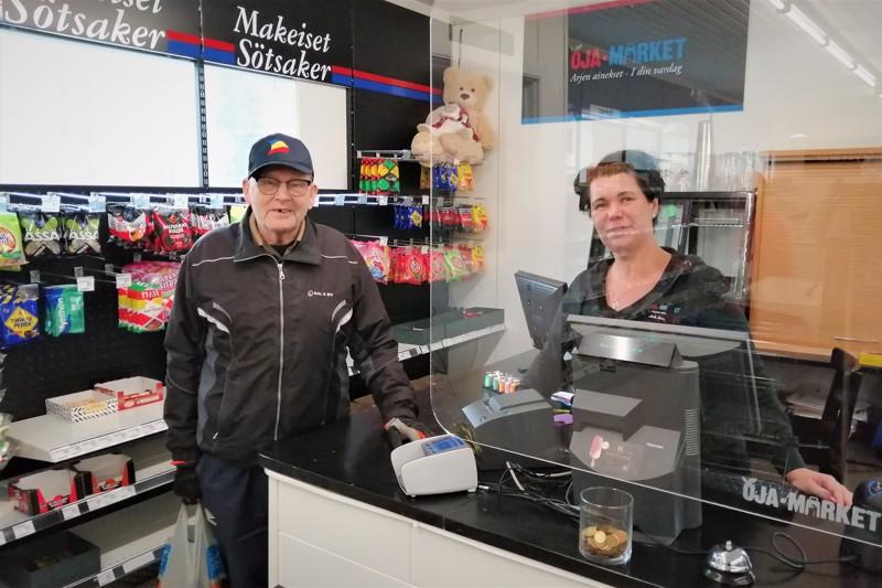 Öjalainen Rolf Kulla ja Heli Maunula keskustelivat pitkään kaupan loppumisesta ja muustakin. Kyläkaupassa on ihmisillä ollut aikaa toisilleen.