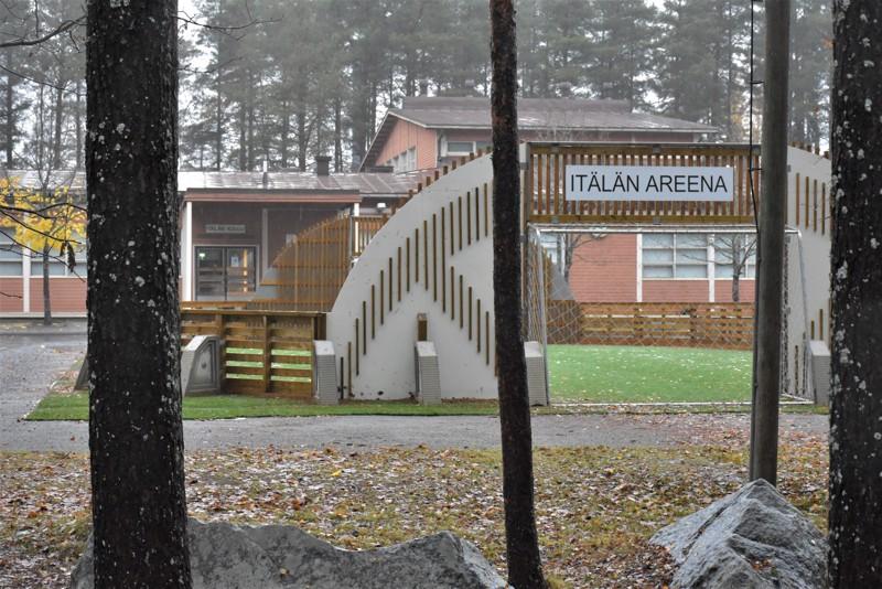 Itälän alakoulu oli torstaiaamuna hiljainen. Keskiviikkoiltana tulleen korona-altistustiedon perusteella noin 100-oppilainen pietarsaarelaiskoulu siirtyi välittömästi etäopetukseen.