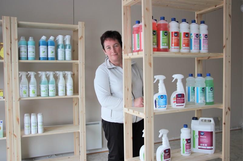 Uudessa liiketilassaan Suvi Päkkilän ei tarvinnut kuin pestä lattiat ja ikkunat - ja sehän oli siivoamisen ammattilaiselle entuudestaan tuttua puuhaa.