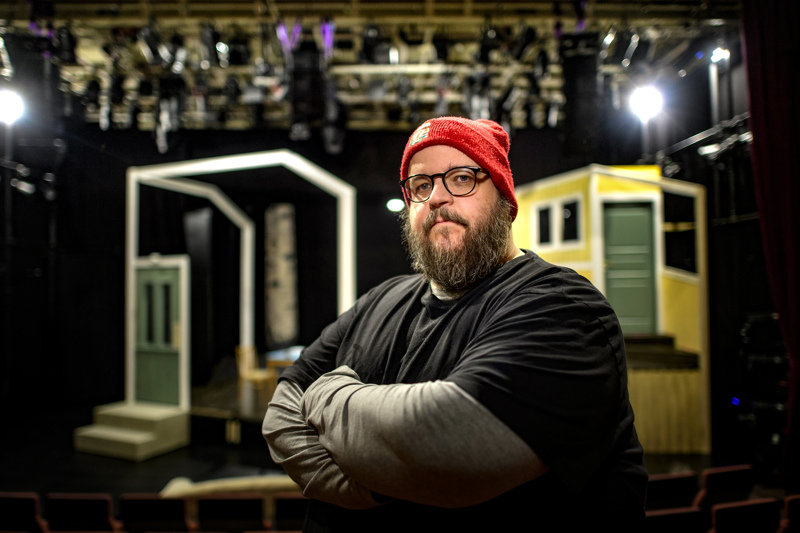 Aku-Petteri Pahkamäki ohjaa Ari-Pekka Lahden kirjoittaman kantaesityksen, jossa talolla on vahva tarina kerrottavanaan.
