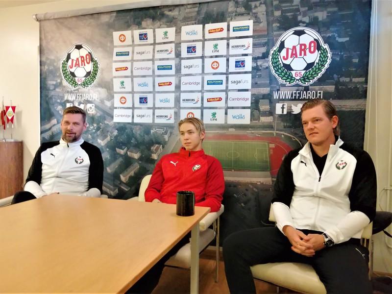 Niklas Käcko, Axel Vidjeskog ja Jonas Portin henkivät rentoa itseluottamusta KTP-ottelun alla.