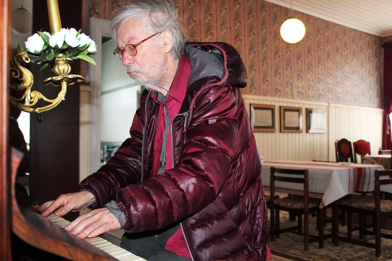 Jyrki Pelliselle myönnettiin valtion 15-vuotinen taiteilija-apuraha vuonna 1984 ja valtion taiteilijaeläke vuonna 2002. Tällä hetkellä 80-vuotias kirjailija, runoilija, kuvataiteilija on eläkkeellä, mutta tekee töitä päivittäin. Kalajoella Säästöpankin talossa valmistui romaani, ja vanha G&E Kanhäuser-piano houkutteli soittamaan useasti päivässä.
