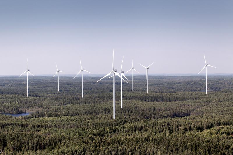 Haapavedelle valmistellaan tuulivoimarakentamista sadoilla miljoonilla euroilla. Millaisia yhtiöitä on suunnitelmien takana? Kuvassa Vestaksen tuulivoimaloita Ruotsissa. Hankilannevalle rakennettavat 8 voimalaa tulevat olemaan samantapaisia.