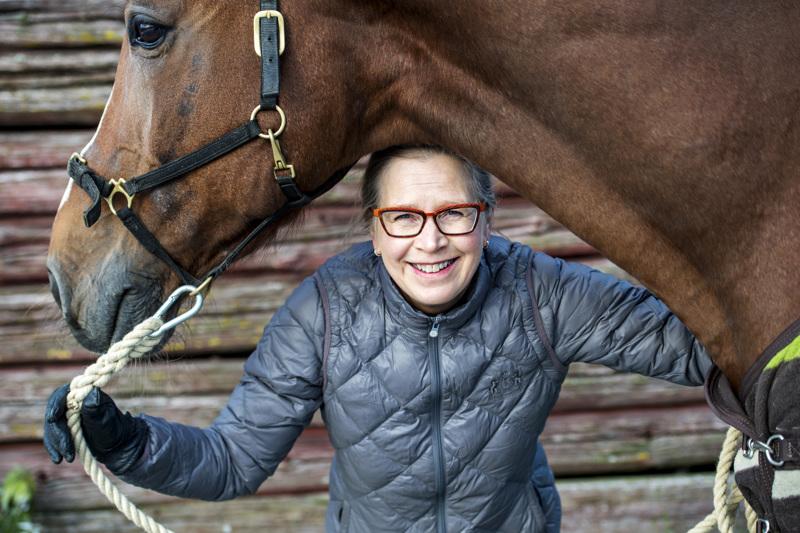 Oona Tuomi-Nikula järjestää ratsastusterapiaa Muhosen Tallilla. Tällä hetkellä Tuomi-Nikulan kanssa työskentelee yhteensä viisi terapiahevosta. Terapiahevosen tulee olla turvallinen ja luotettava.