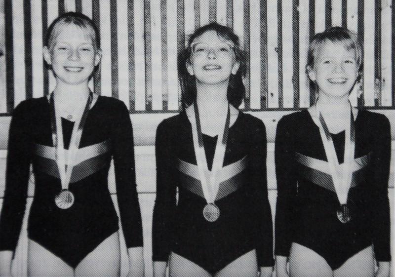Anu Junnikkala, Maria Ojala ja Mari Saari kolmoisvoittajina Koululiikuntaliiton mestaruuskilpailuissa 1990.