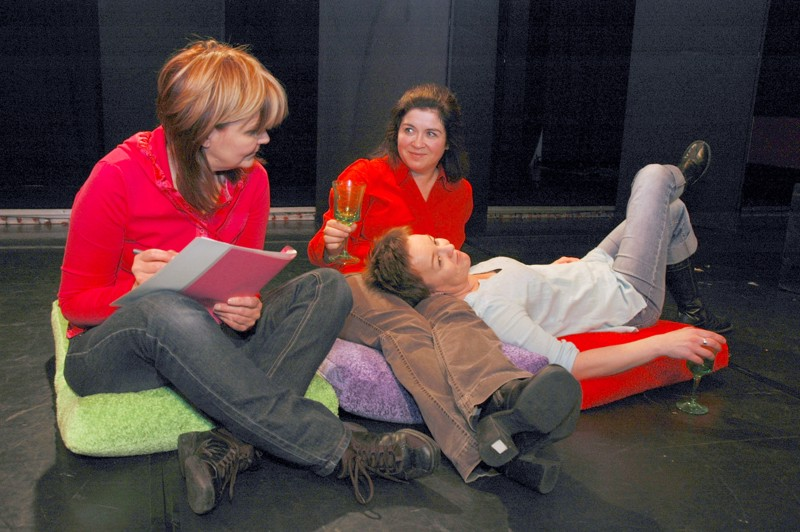 Ritva Ikola, Pia Varuhin-Palo ja Marianne Oivo näyttelivät teatteriryhmä Lipstikan esittämän Kaaos-näytelmän kaikki roolit. Ruuhkavuosien naisista tehokkuusyhteiskunnan paineissa kertonut näytelmä sai teatteriarviossa kovasti kiitosta.