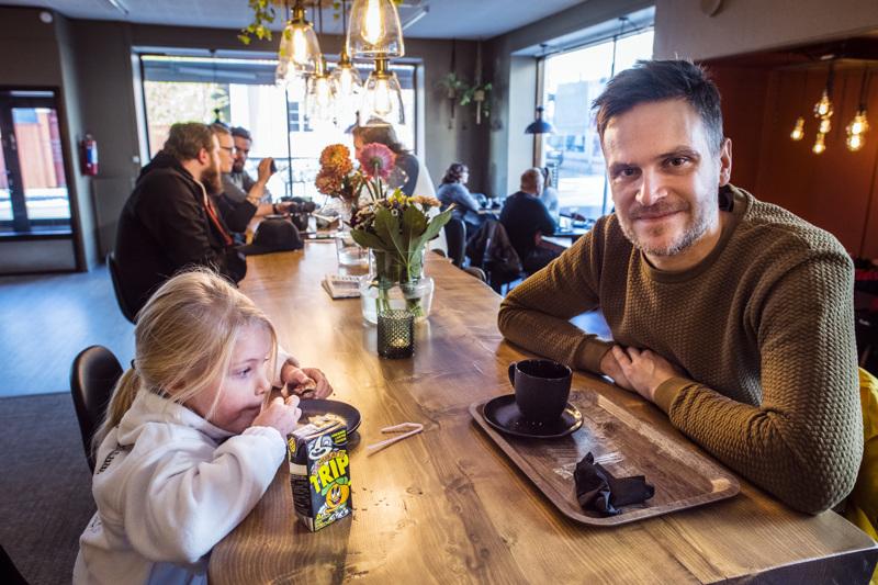 Maistuu hyvältä, totesivat Yolinda (vas.) ja Mikko Uusitalo Random-kahvilan antimista.