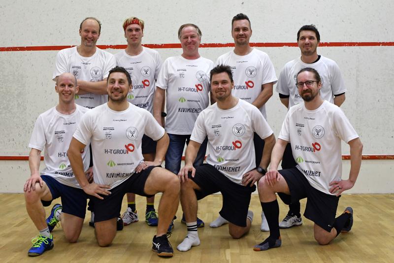 Lokakuun puolivälissä Teuvo Määttäsen (takarivissä keskellä) Ylivieskassa järjestämään squashin kutsuturnaukseen osallistui myös Henrik Mustonen (takarivissä toinen vasemmalta).