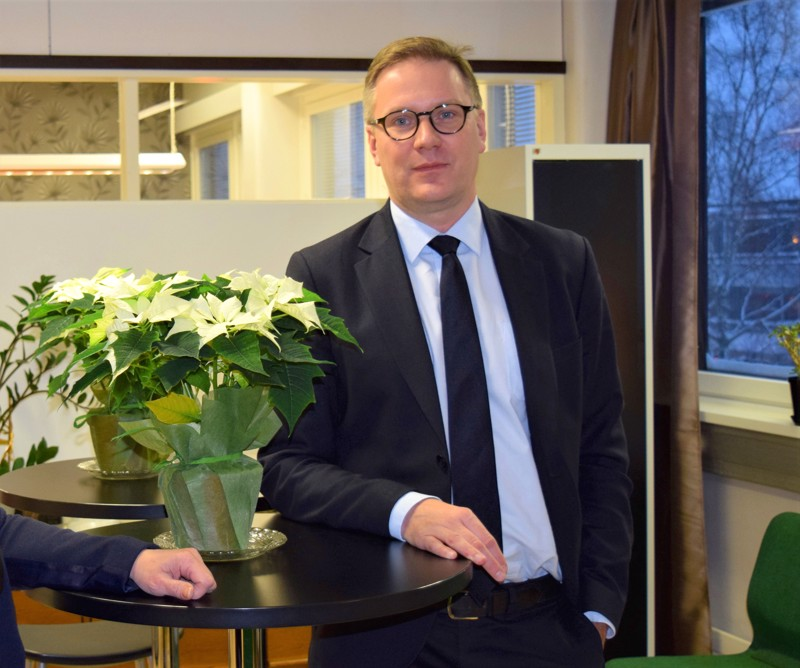 Mats Brandt aloittaa osa-aikaisena Pohjanmaan hyvinvointikuntayhtymän strategiajohtajana marraskuussa. Uudenkaarlepyyn kaupunginjohtajan pestiin hän astui kaksi vuotta sitten.