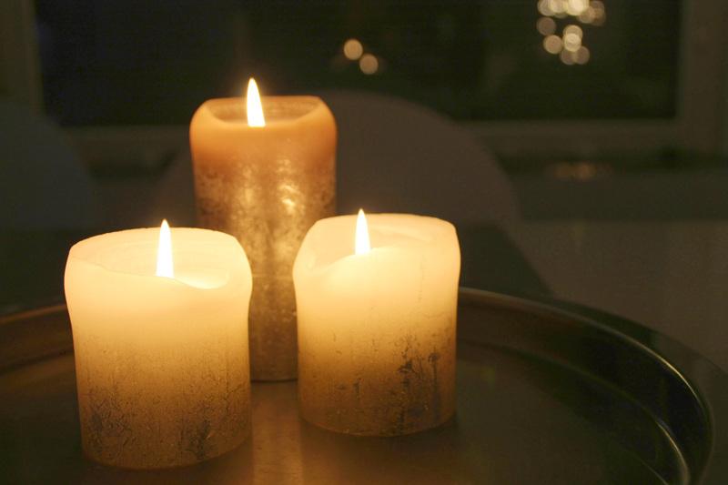 Pyhäinpäivään kuuluvat kynttilät ja edesmenneiden muistelu.