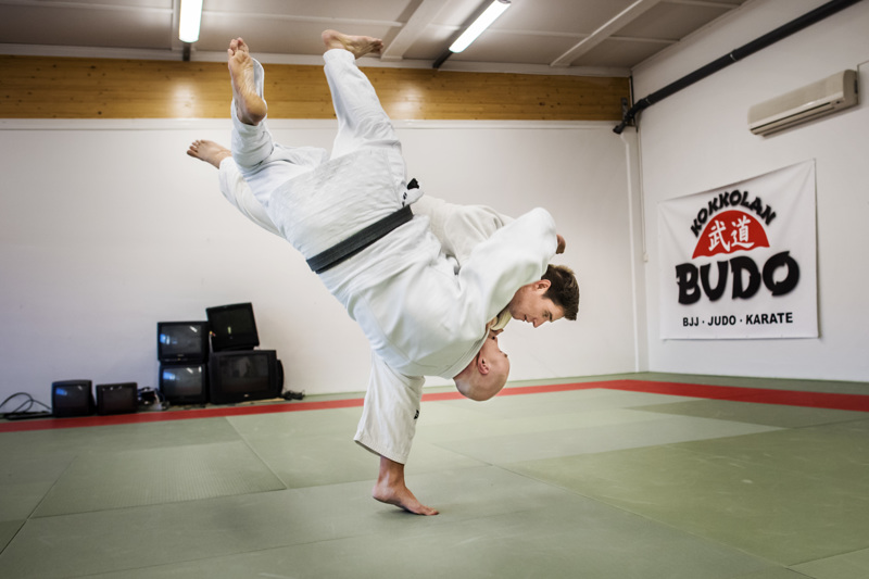 Eetu Pekola esittelee judon tekniikoita. Pekolan treenikaverina on Timo Sivula.
