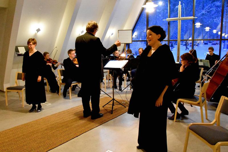 Virve Karén ja Sirpa Kurra lauloivat solisteina myös vuosi sitten Hakon pyhäinpäivän konsertissa. Silloin paikkana oli siunauskappeli, nyt väljempi kirkko.