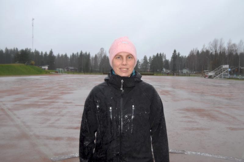 Täysillä mukana. Niina Seppälä tekee paluun pesäpallokentille. Hän sanoo, että taas ollaan täysillä mukana.